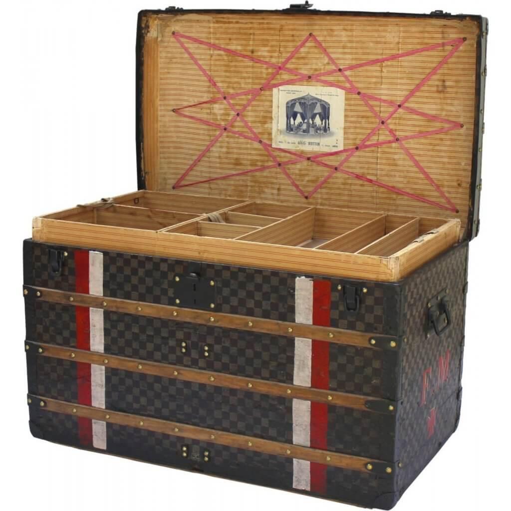 """Louis Vuitton先生面對競爭對手的抄襲,便進一步研發新技術,加入板條結構使之更堅固,""""Slat Trunk""""箱子隨之衍生,品牌的名聲也更響亮。"""