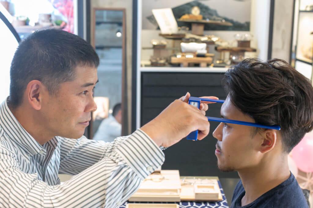 每一個微小零件都是自家造,客人可拿舊眼鏡來修理、更換零件,甚至局佈打磨,戴足一世也可以。