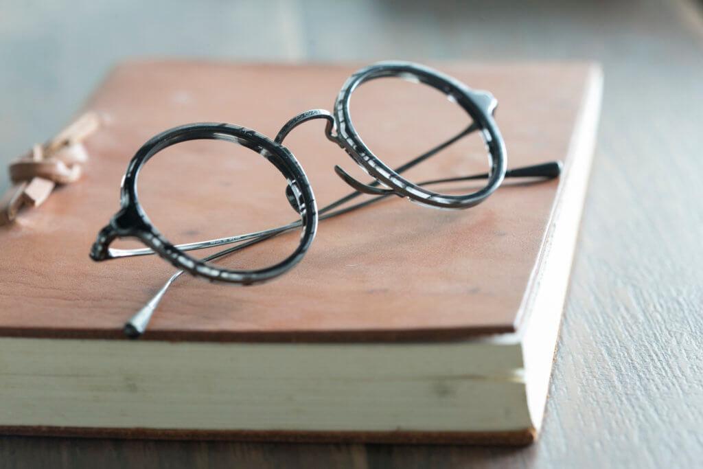 手造眼鏡是日本職人的心血結晶, 有人的溫度和感情, 不是死物那樣簡單, 也不能純粹當作商品, 它們都是有生命的。($3,980/ BLACKZMITH Optical)