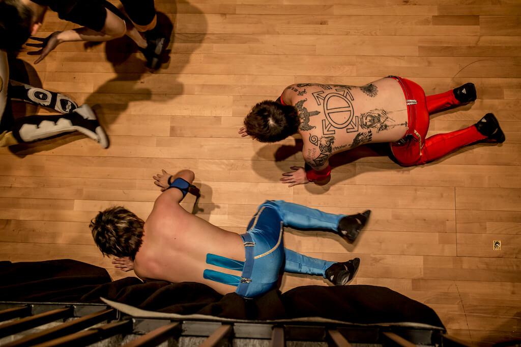 由台上打到台下, The Man Bros對Michael Su窮追不捨。