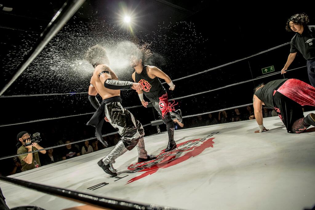 Eita見形勢落後,出陰招向Jason Lee噴水。