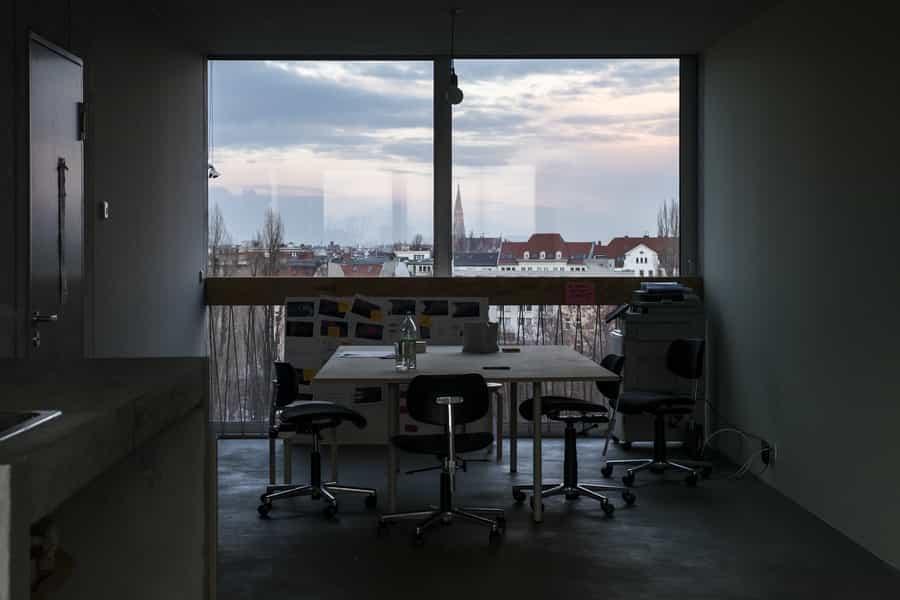 地價便宜加上租務管制,藝術家在柏林很難租到新的工作室,但同時卻有機會找到新型的創作空間。