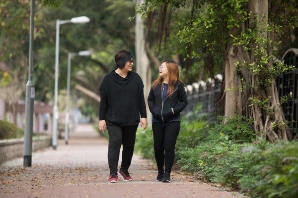近十年間,阿盈(右)在技安(左)的陪伴下經歷無數風浪,如今阿盈帶着兒子重新出發,技安繼續緊守崗位,守護着她和家人。
