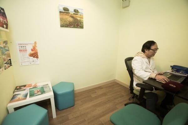 註冊中醫師劉浩泉與天朗中心的社工並肩作戰,以中醫療法紓緩吸毒成癮的症狀,加強病者戒毒的決心。