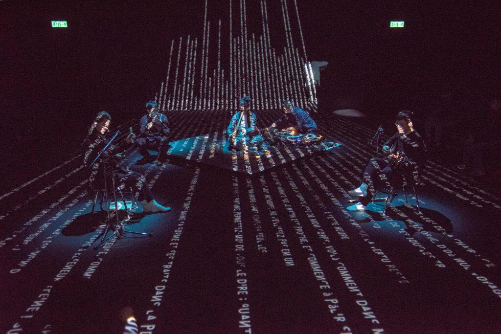 去年陳志江有份參與新視野藝術節《南音味自慢》劇目,與電子音樂人、詩人、舞者同台演出,加上視覺投影,展現出南音現代一面。(版權:Noise Asia)。