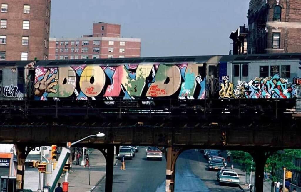 紐約市的青年會趁入黑後,在車廂外盡情噴上各樣塗鴉、標語,日出後這些車廂成為流行藝術最佳的畫布。