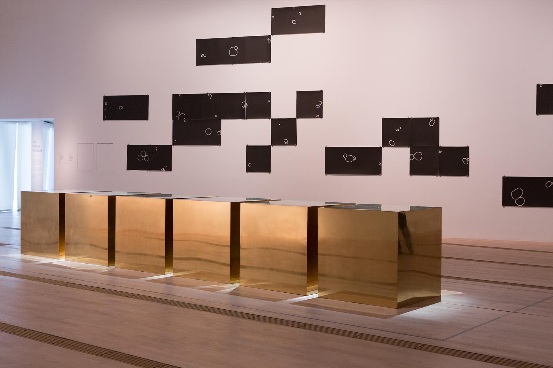 極簡主義其中一位重要的藝術家Donald Judd在1974年創作了這件名為《Untitled (Six Boxes)》的雕塑。作品直接放在地上,改變了美術館舊式的「向上望」雕塑展示模式。