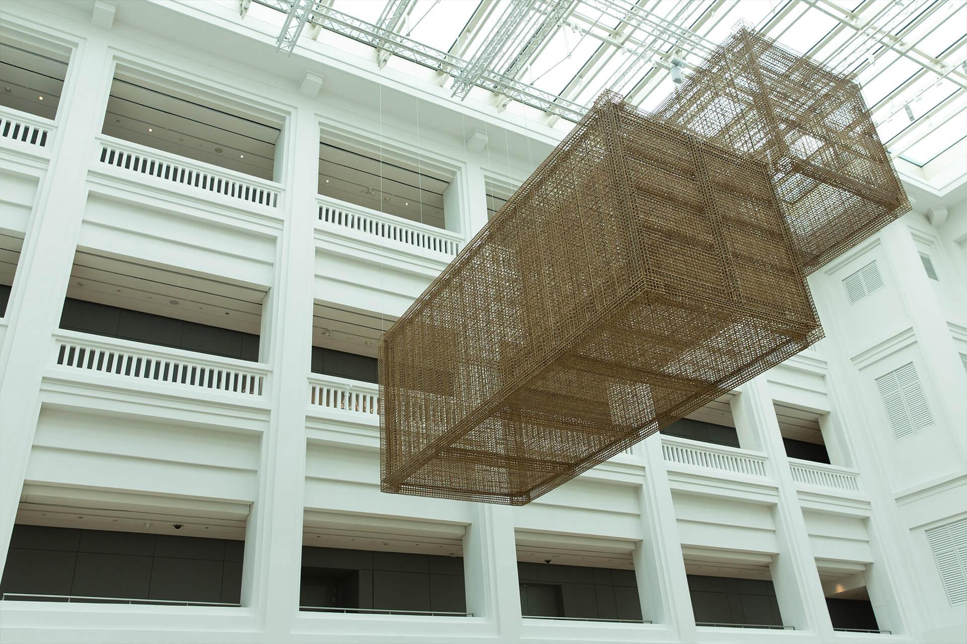 柬埔寨藝術家Sopheap Pich的《Cargo》是一個以竹、藤及金屬製作的一比一的船運貨櫃。作品吊在美術館的中央上空,猶如批判著資本主義。