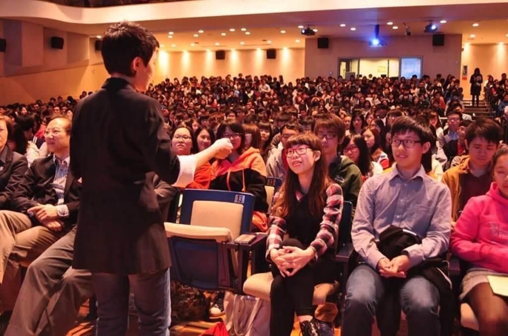 譚蕙芸由記者變大學講師,適應了很長的日子。現在她也很愛講書。