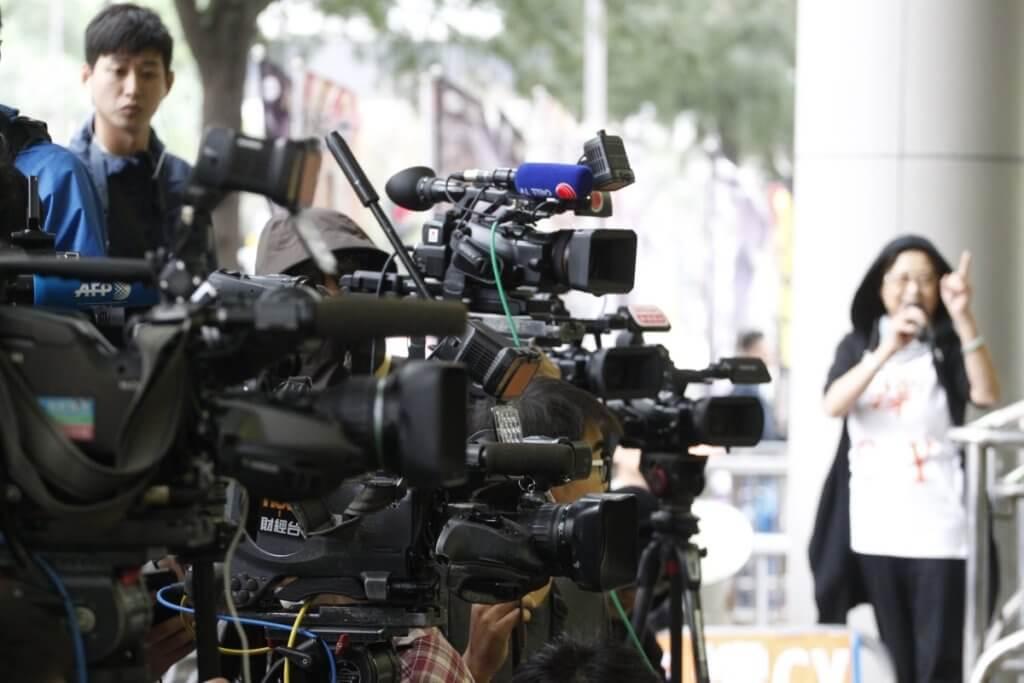 她形容,當記者從來不只一條路。brand build自己、獨立報導、公民採訪,也算是一些未來當記者的出路。