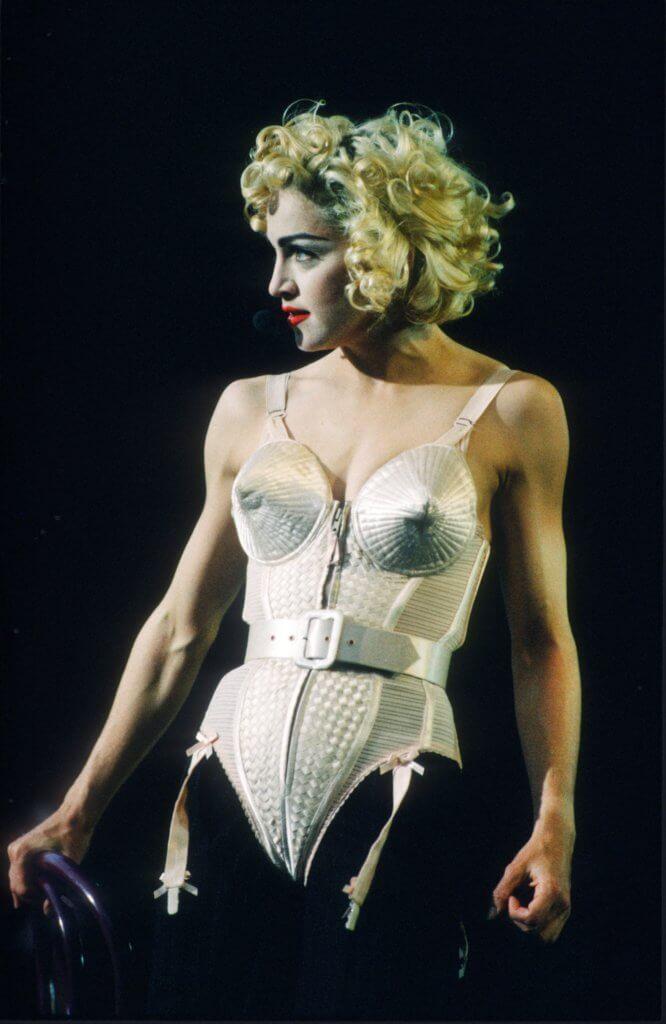 八十年代最具代表性的人就是 Madonna,猶記得她身穿雪糕筒尖錐胸罩(cone bra)的亮色束身衣(Corset)。