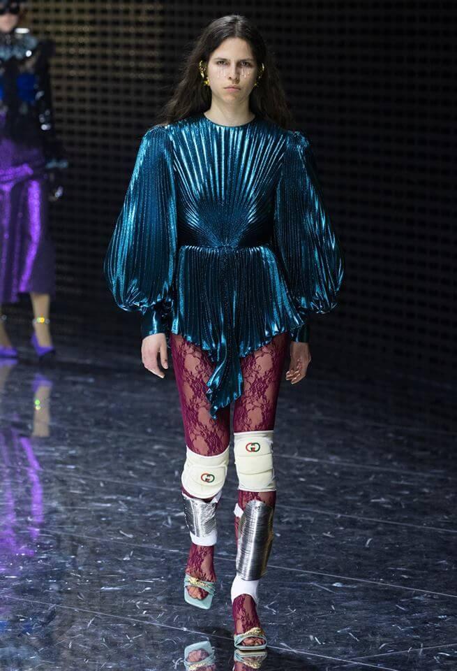 Gucci FW19 女模特兒穿上藍色寬衫