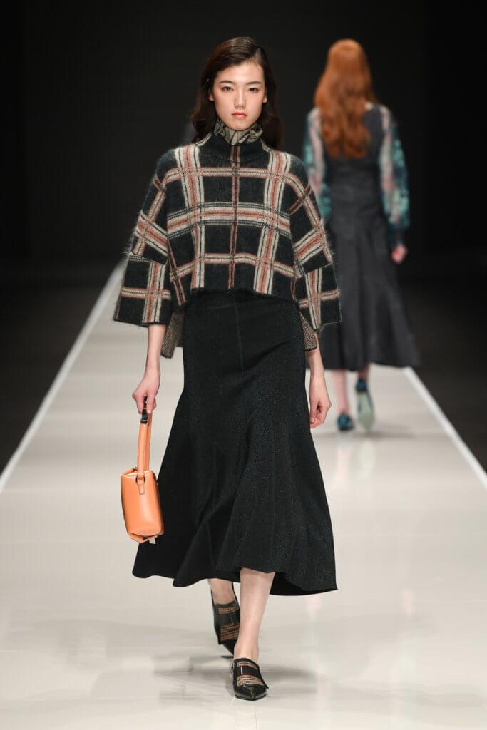 FW19系列中的英倫格紋毛衣將會在2月23至28日於品牌專門店率先作限量發售。