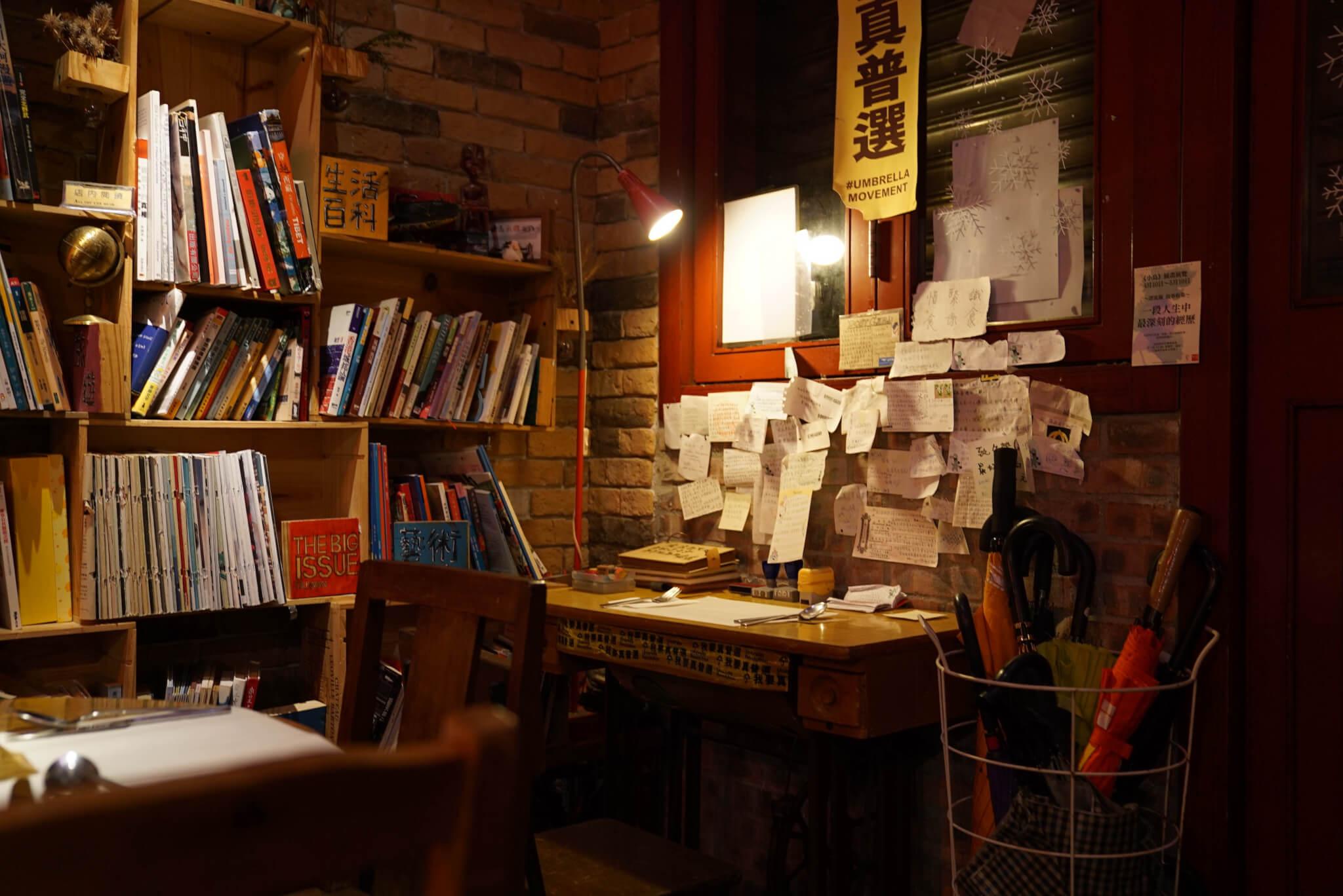 因為有太多人貼字條,岑仔特意放了記事簿供客人書寫,現已寫了滿滿的四本。