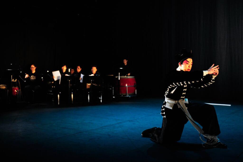 有別於一般戲曲表演,樂師躲在一角,《俺.武松》屬獨腳戲,演員與樂師在同一舞台上表演。(綵排攝影: Jesse Clockwork)
