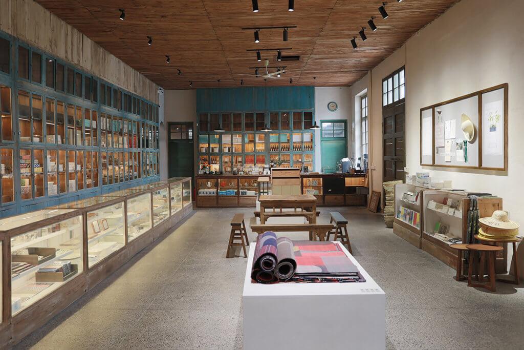日本設計師長岡賢明在碧山工銷社開設中國首間D&Department分店,出售黃山地區工藝品和農產品釀製的手工啤酒。(張鑫攝)