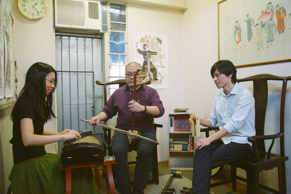 李勁持(左)與陳志江(右)都學習戲曲多年,2012年成立一才鑼鼓,與郭啟煇(中)等不同演員合作,重新建立樂師與演員間的緊密關係。