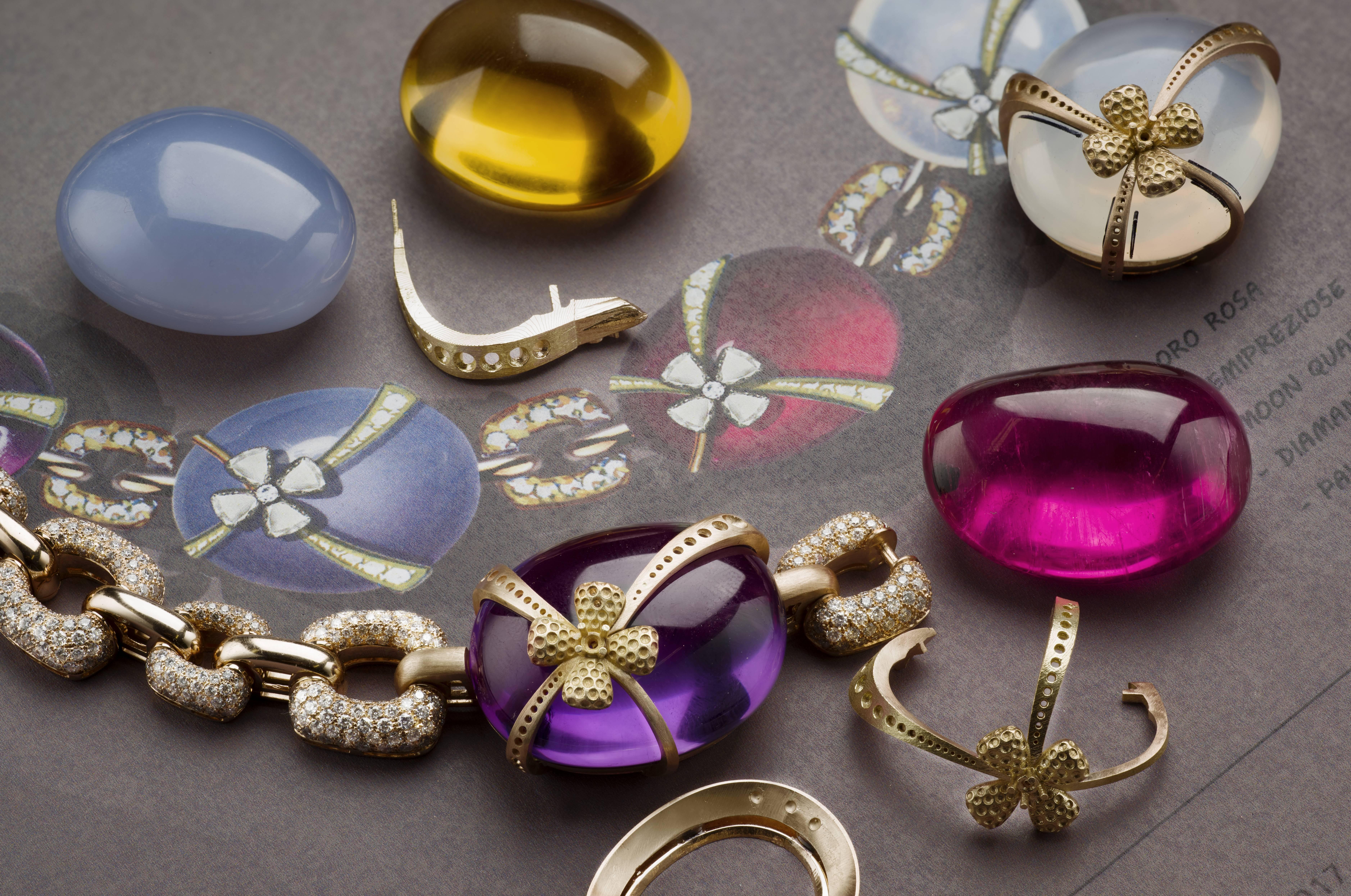 品牌本來就擁有這五顆色彩飽滿、形狀渾圓的蛋形石,當知道有Andy Warhol作主題的珠寶系列時,就立即想到要以這些寶石演繹Andy Warhol的《Eggs》作品。