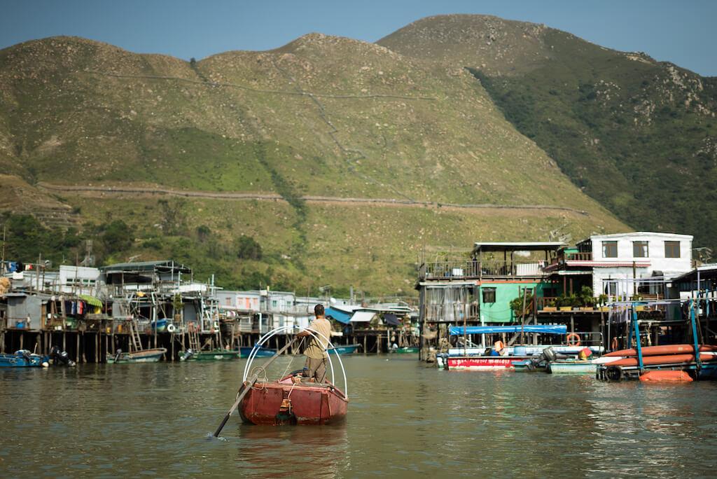 在河涌搖櫓,坐「送人艇」去對岸,體驗未有大橋之前,水上人是如何生活。