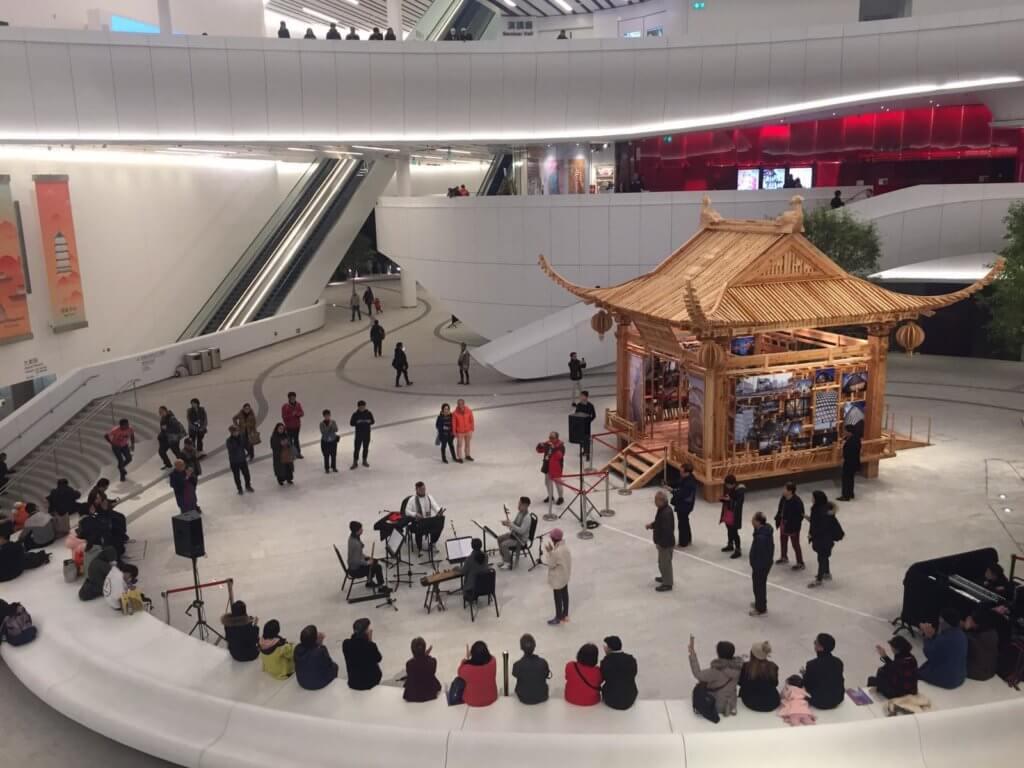 一才鑼鼓去年12月在戲曲中心中庭表演,四位樂師如打麻將似的背向四面觀眾,人們可以走得很近,甚至閱讀其樂譜。(陳志江提供)