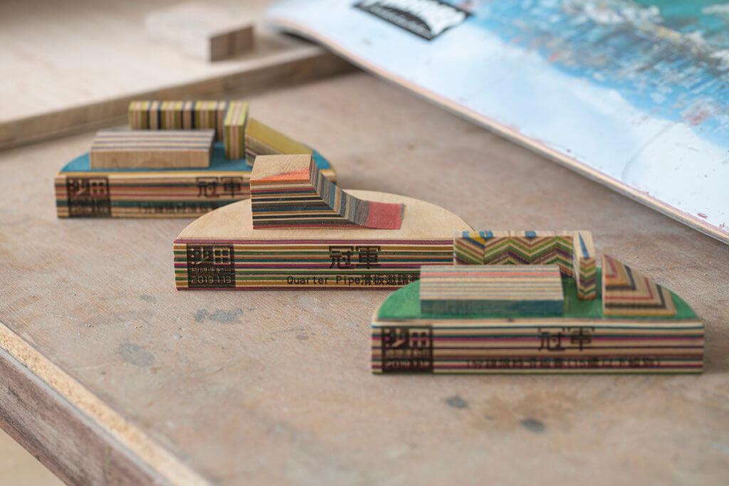 以滑板壓製而成的獎座,設計模仿滑板跳台。
