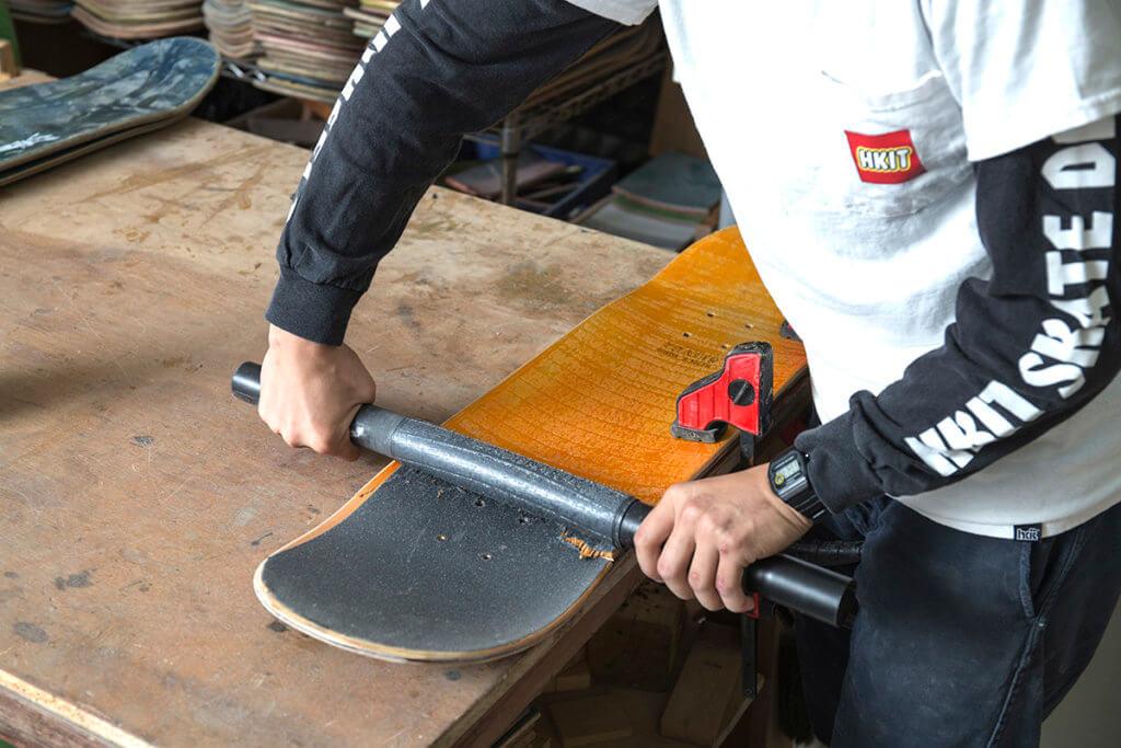 回收得來的滑板要先去除砂紙及貼紙。