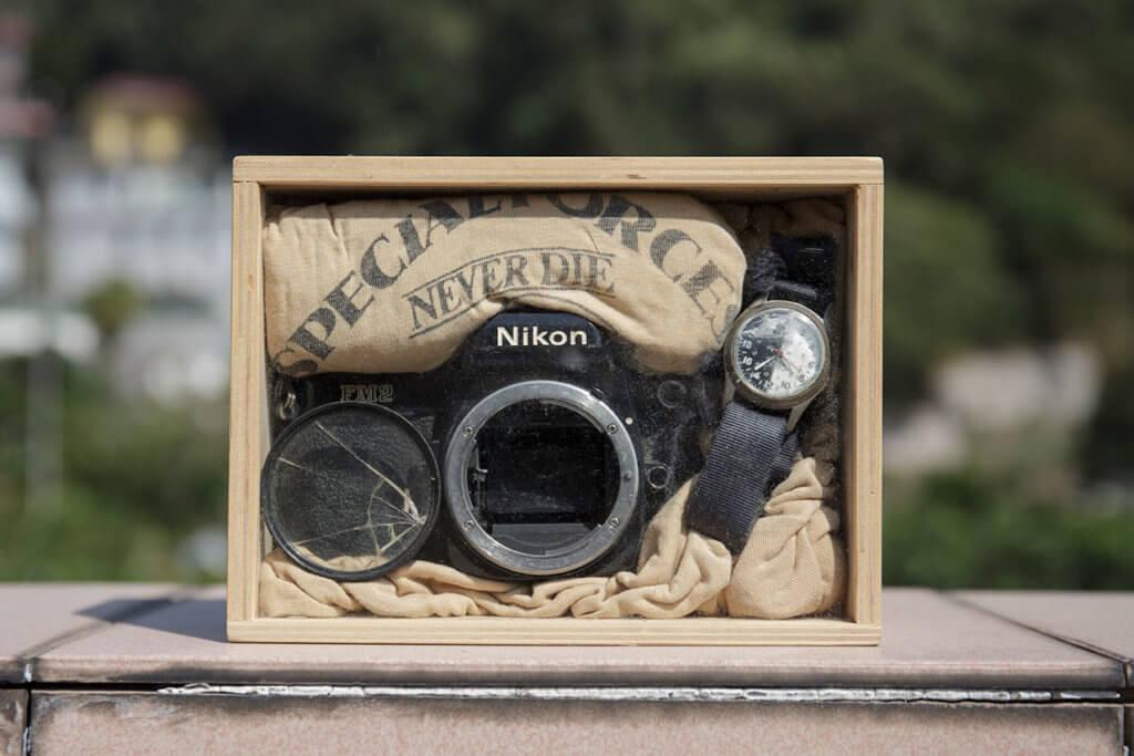 舊物一,壞掉的相機、鏡頭。 這是當年陪炳哥出差的好拍檔,雖然壞掉碎掉,但見證他的記者一生,很有紀念價值。他把它們放在箱內,永久保存,ths spirit never die。