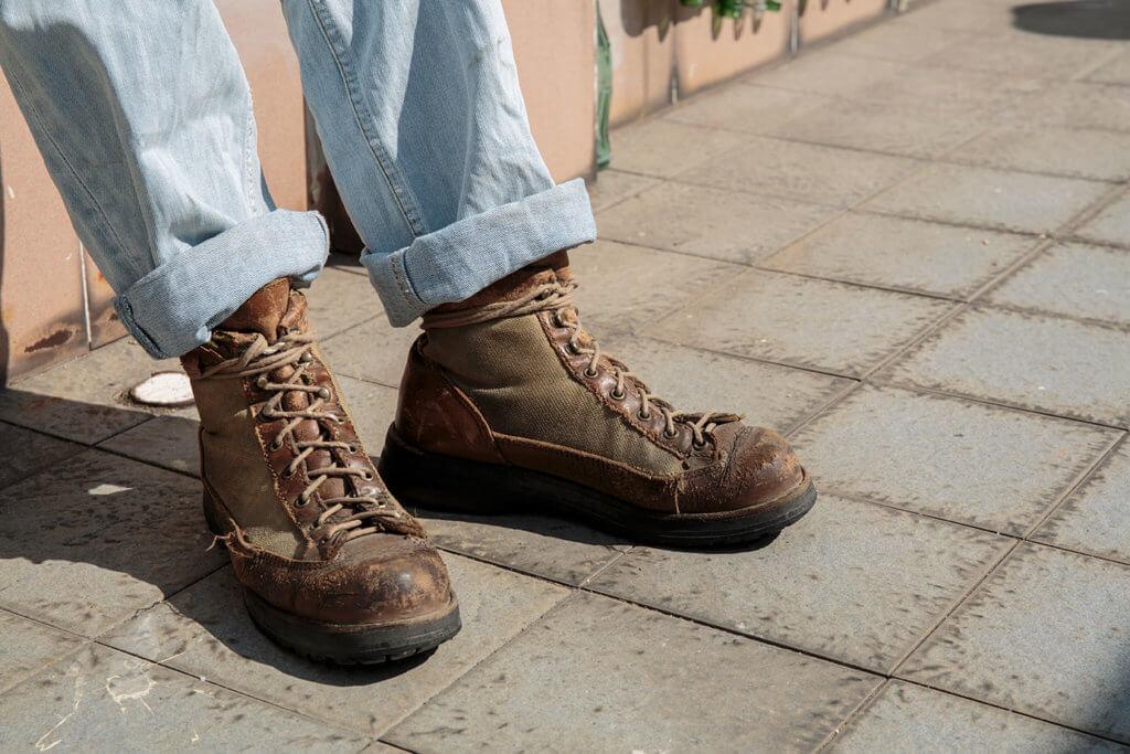 舊物四,行山鞋。 炳哥腳上的鞋子,穿了足足二十年,見證過大時代大新聞。鞋如今爛了仍在穿,步履不停。