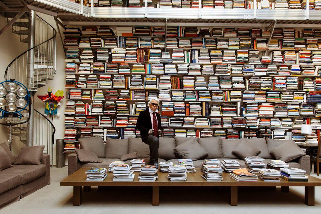 對於書的狂熱,Karl Lagerfeld目前擁有數萬本藏書,他甚至於1999年在巴黎開設一間名為7L書店。