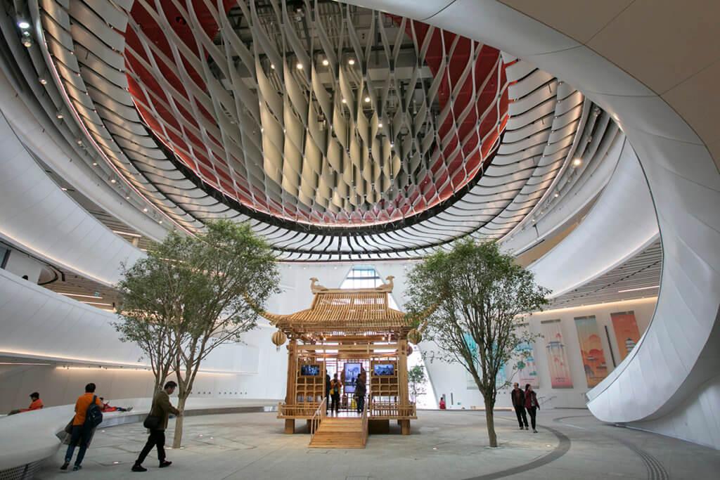 戲曲中心中庭屬開放空間,觀眾毋須購票也可進去,去年12月開台期間起,中心邀請不同表演者在此表演。