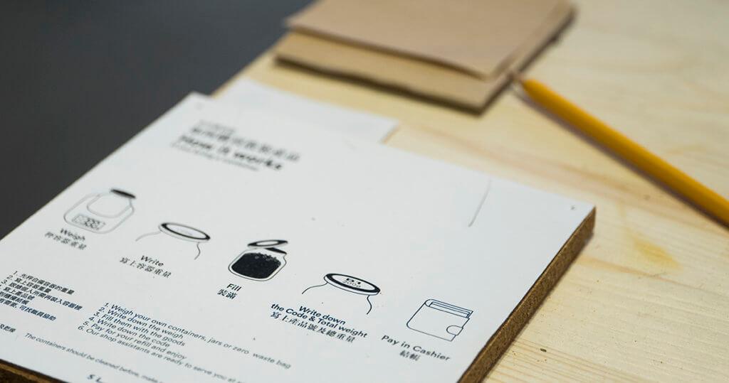 先秤秤容器的重量,再選購食材入瓶,再秤重量,用memo紙條寫上貨品編號和重量即可付款。