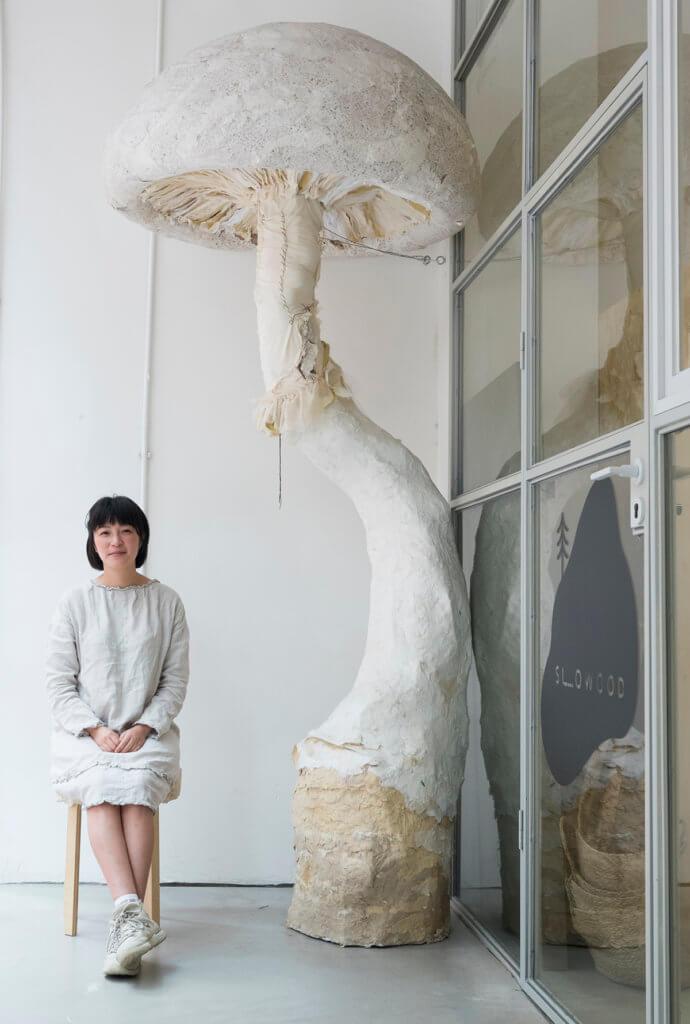 Dora一向喜歡蘑菇,她用回收得來的發泡膠、棄布和廢紙造了這棵比大人高的蘑菇。