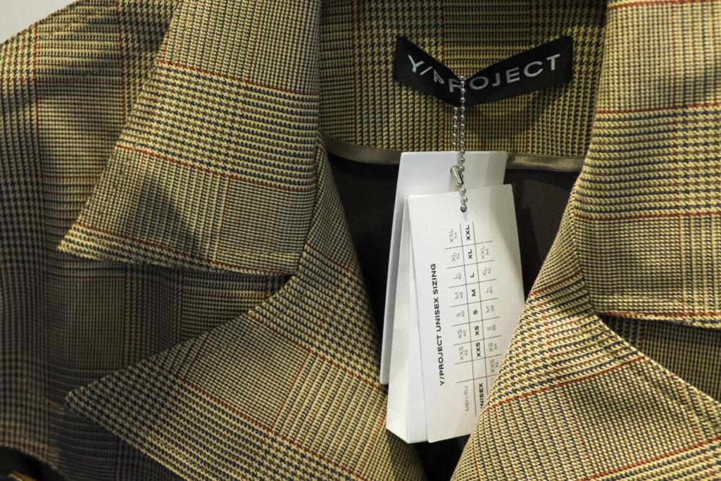 """""""Unisex Sizing""""吊牌方便不同的性別在同一件衣服上選對尺寸。"""