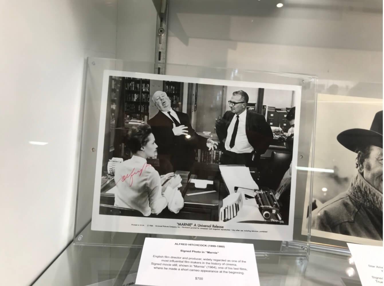 荷里活導演緊張大師希治閣導演《神秘賊美人》(Marnie)的現場照片,上有他的紅筆簽名。
