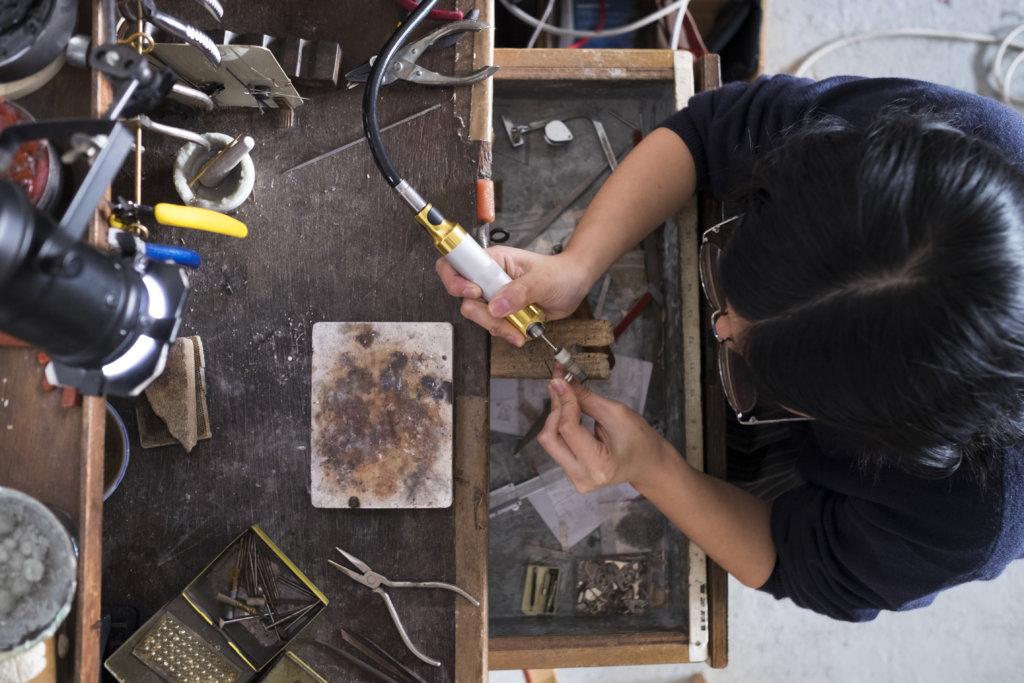 痕跡斑駁的工作枱,交織着工藝師吳施如的時間與汗水。