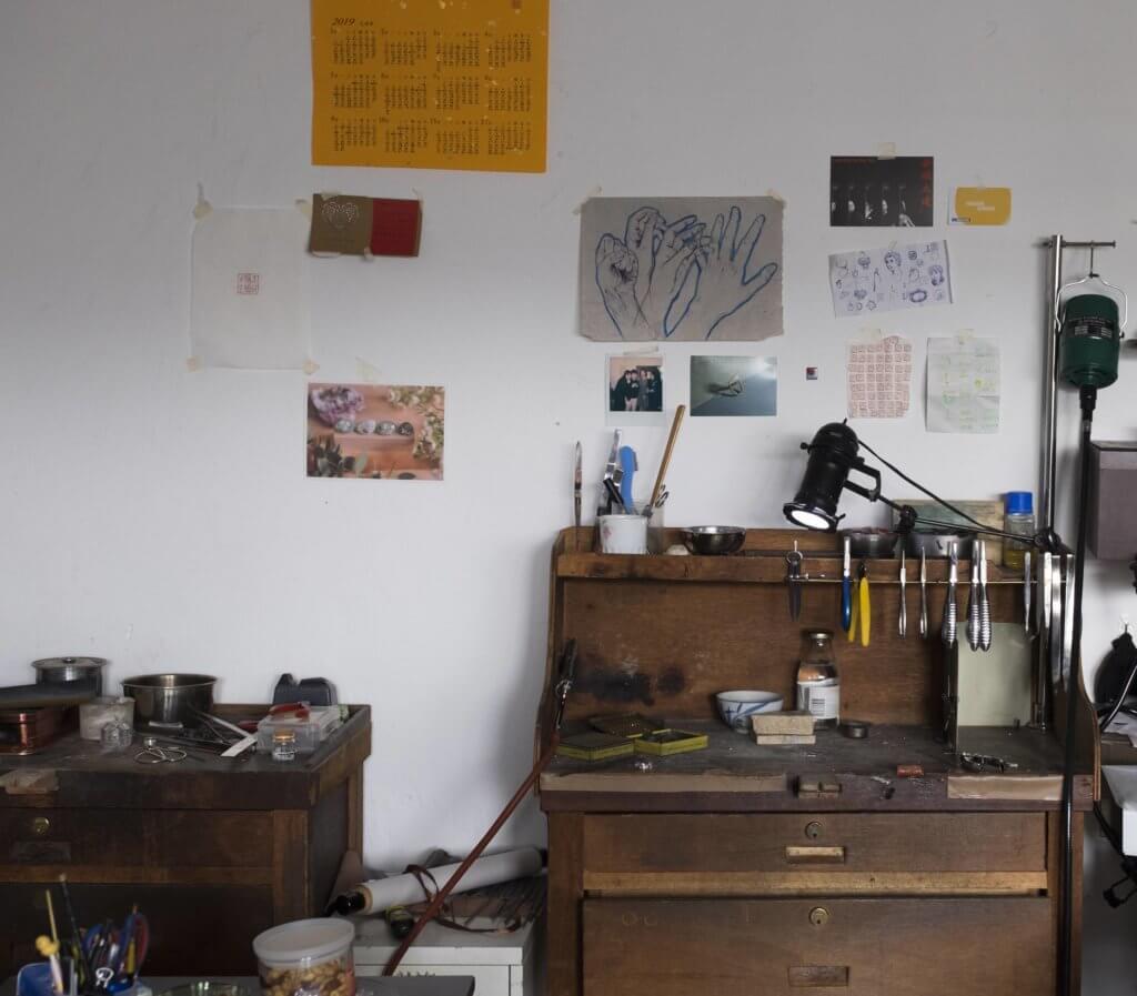 吳施如一星期有三天待在工作室,練習金工技術和研發新作品。