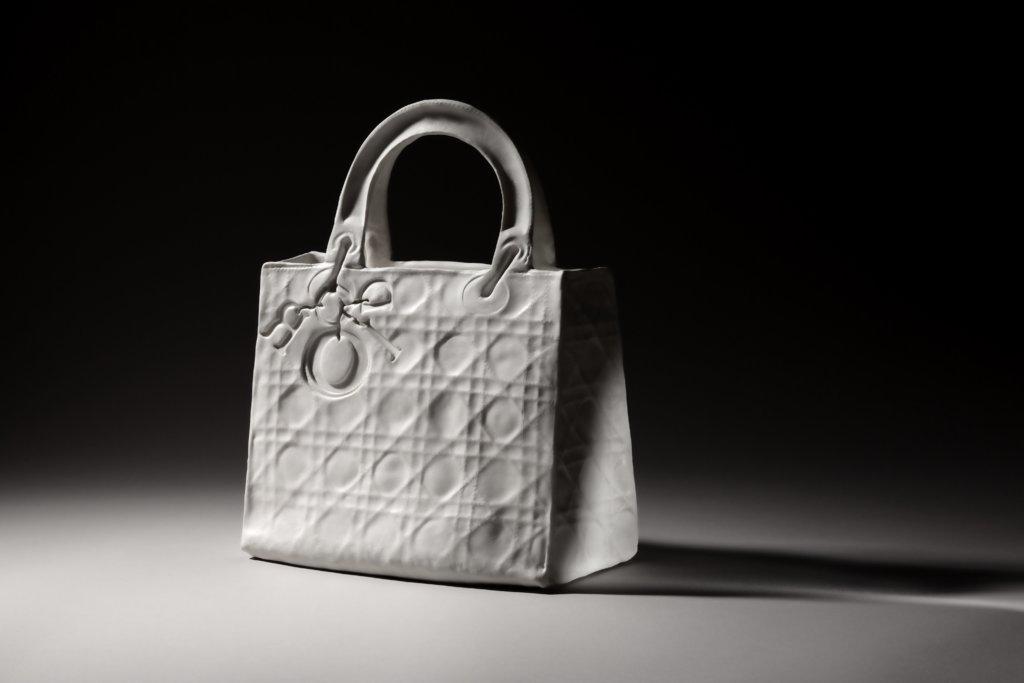 除了Art Basel,Dior店亦同時展示過往《Lady Dior As Seen By》的作品。這是由香港藝術家尹麗娟用陶瓷做成的。