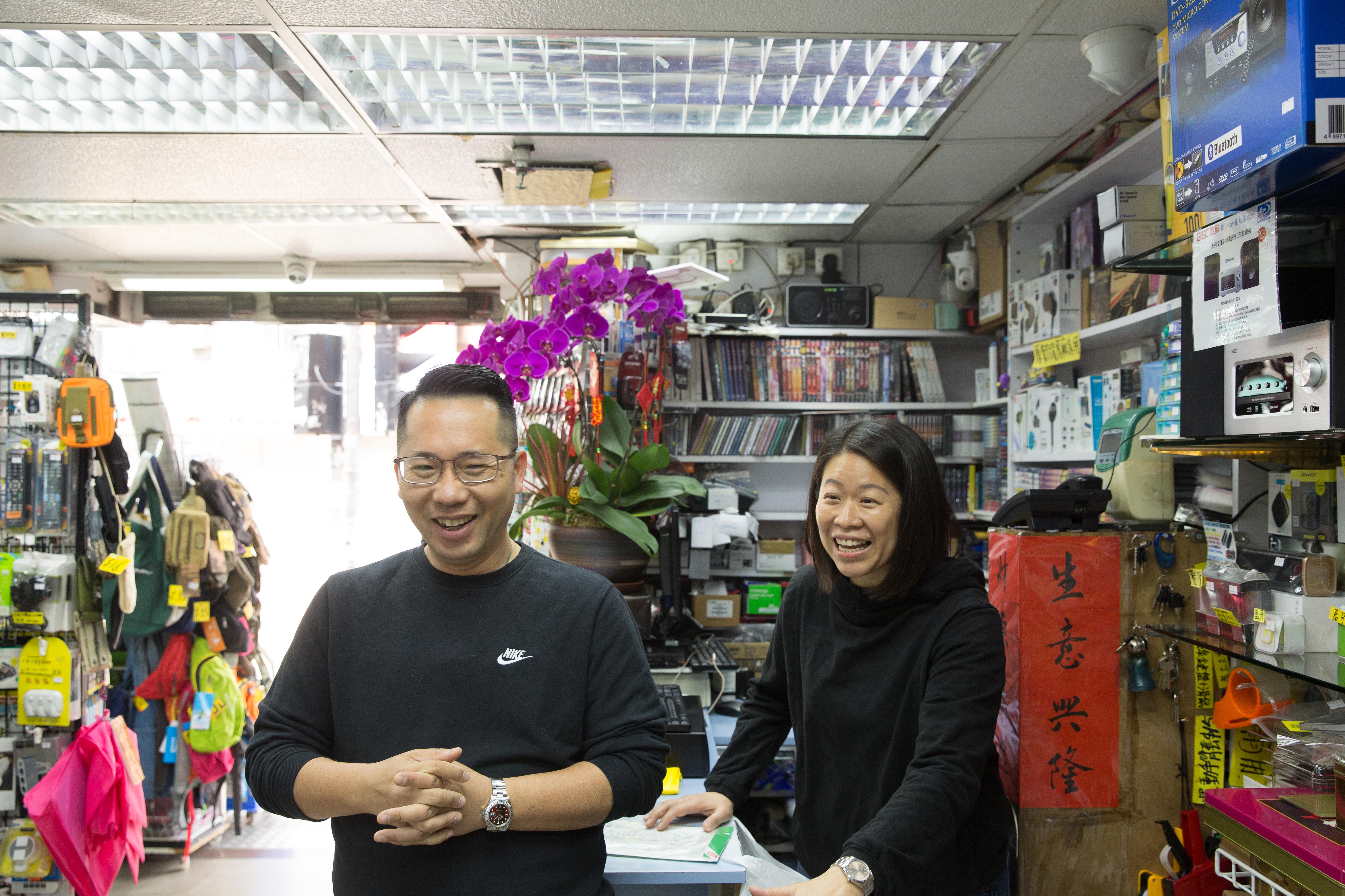 韋志樂兩夫婦自十來歲就來唱片舖幫忙,笑言是跟客人一起長大。