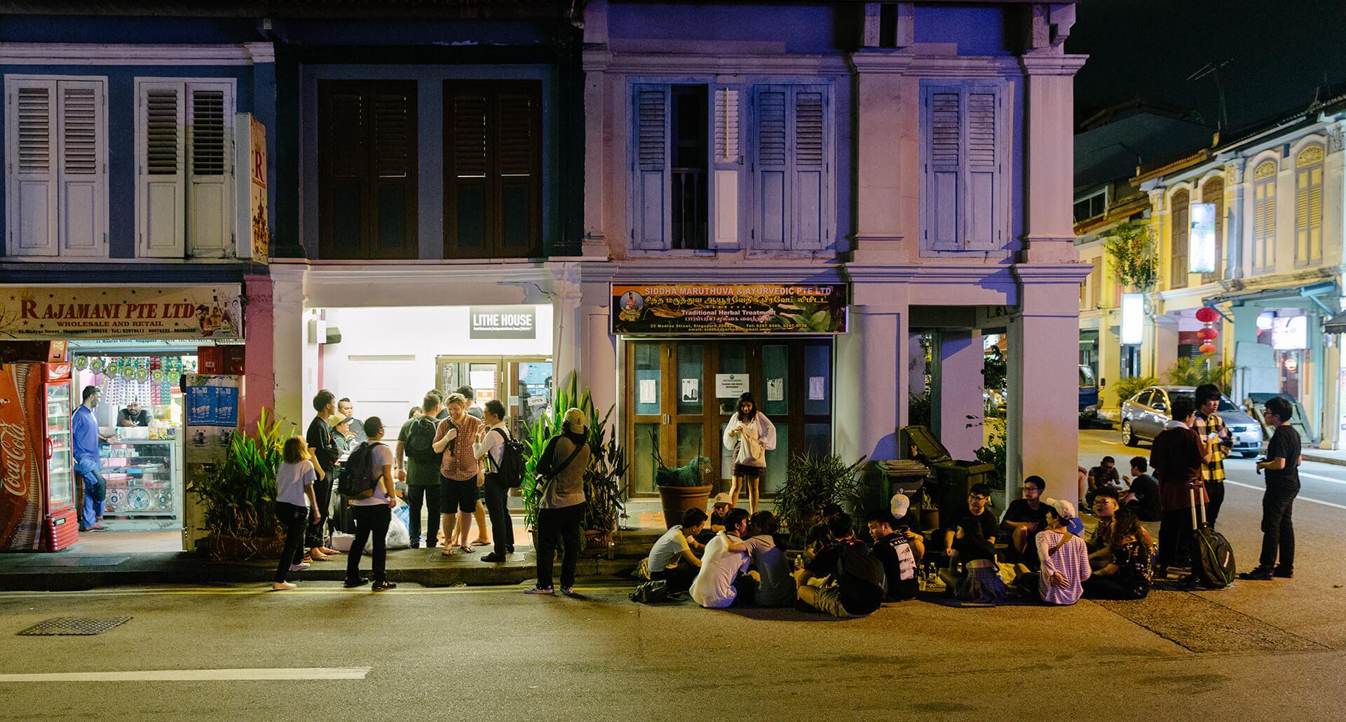 場地只容納三十多人,樂迷進不了場,或者想透透氣,便索性坐在街邊。