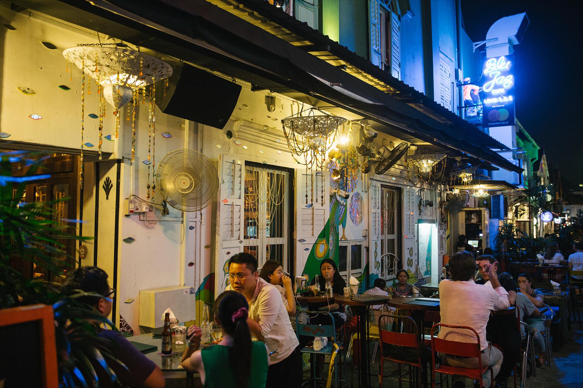 每日下午開始已有客人在Blu Jaz的戶外區域飲酒聊天。