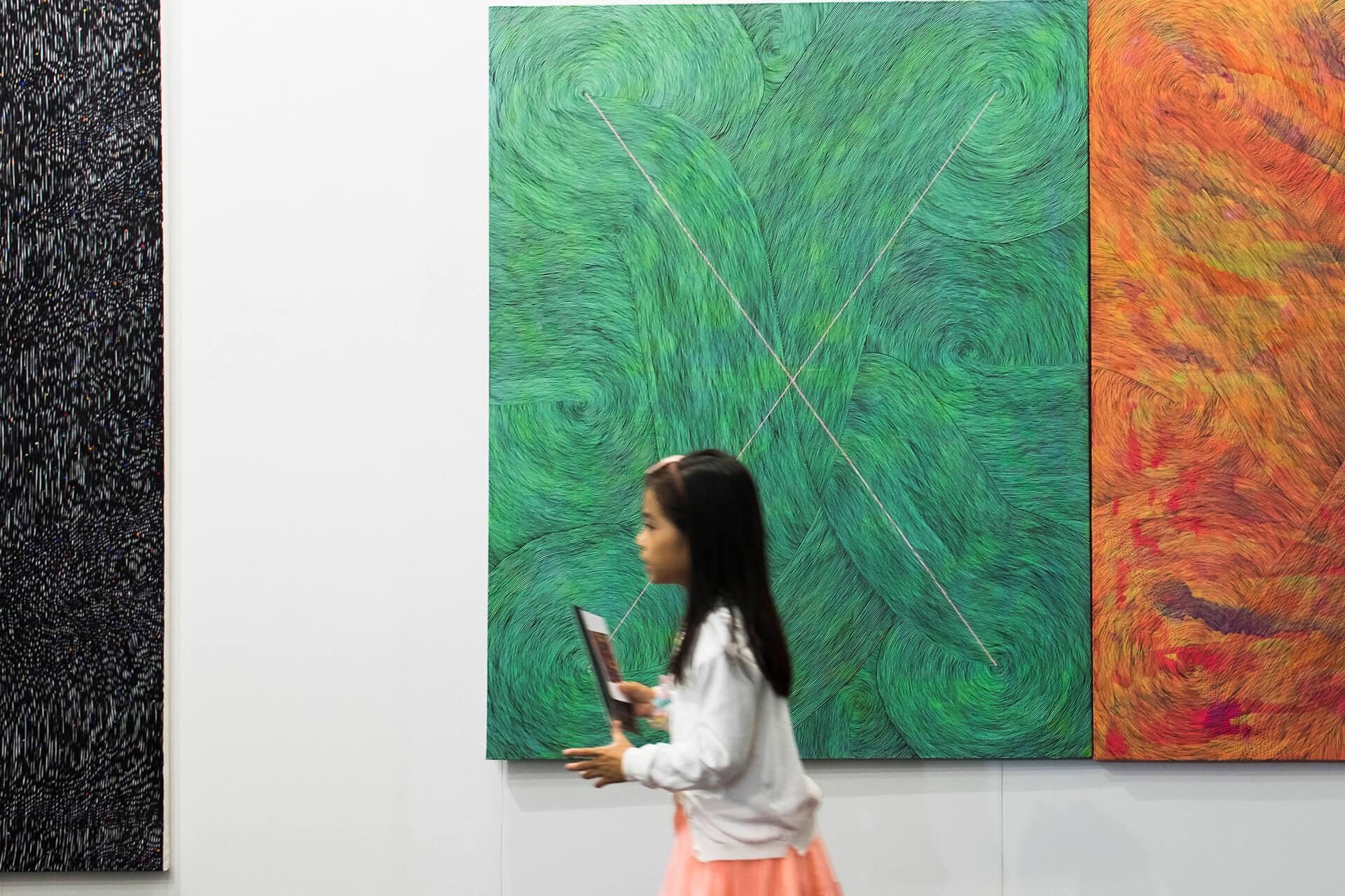 跟Art Basel相比,Art Central比較親民,場內除了收藏家,還有一家大細前來家庭樂。