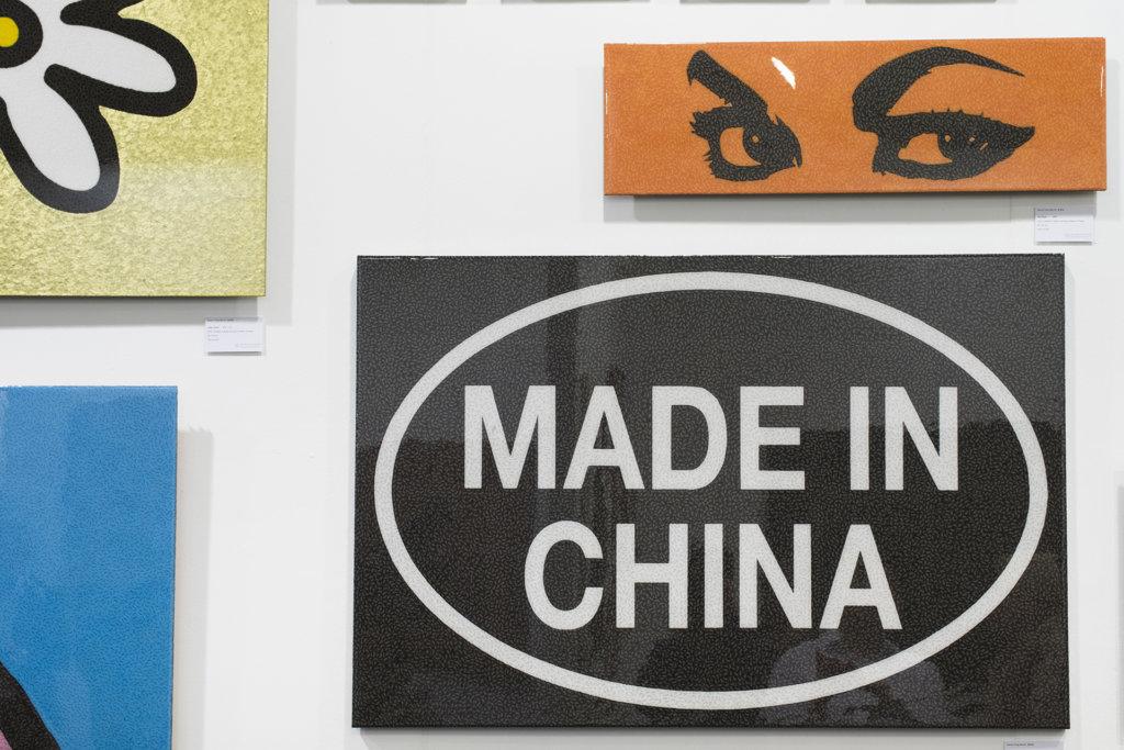 近看是無數個「Made in Hong Kong」貼紙,遠看卻是「Made in China」