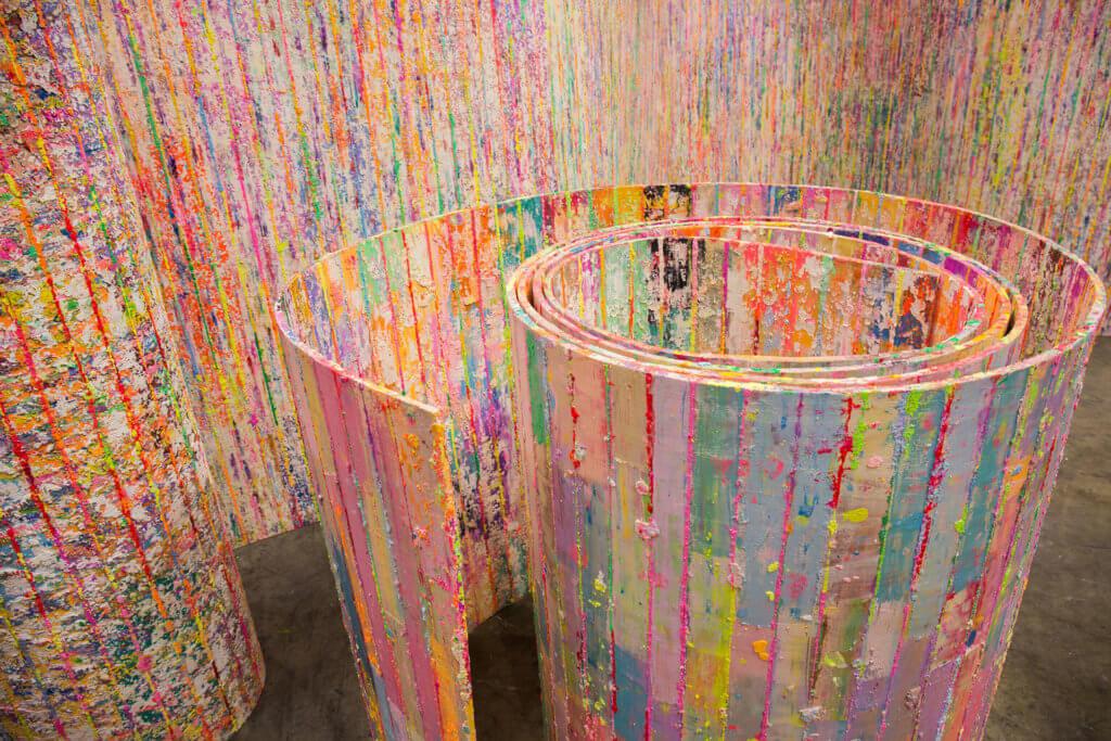 觀眾可以走近作品細看藝術家如何使用顏料