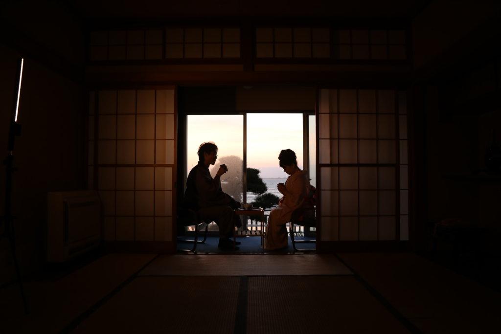 川端康成最後的小說作品《美麗與哀愁》,講述一個涉及兩代人的敗德故事。