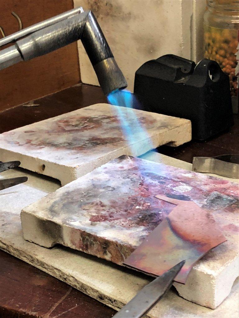 銅經過千度高溫會幻化出色彩。
