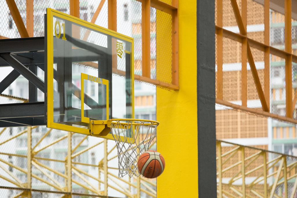 透明籃板加上螢光黃邊框,相當搶眼。