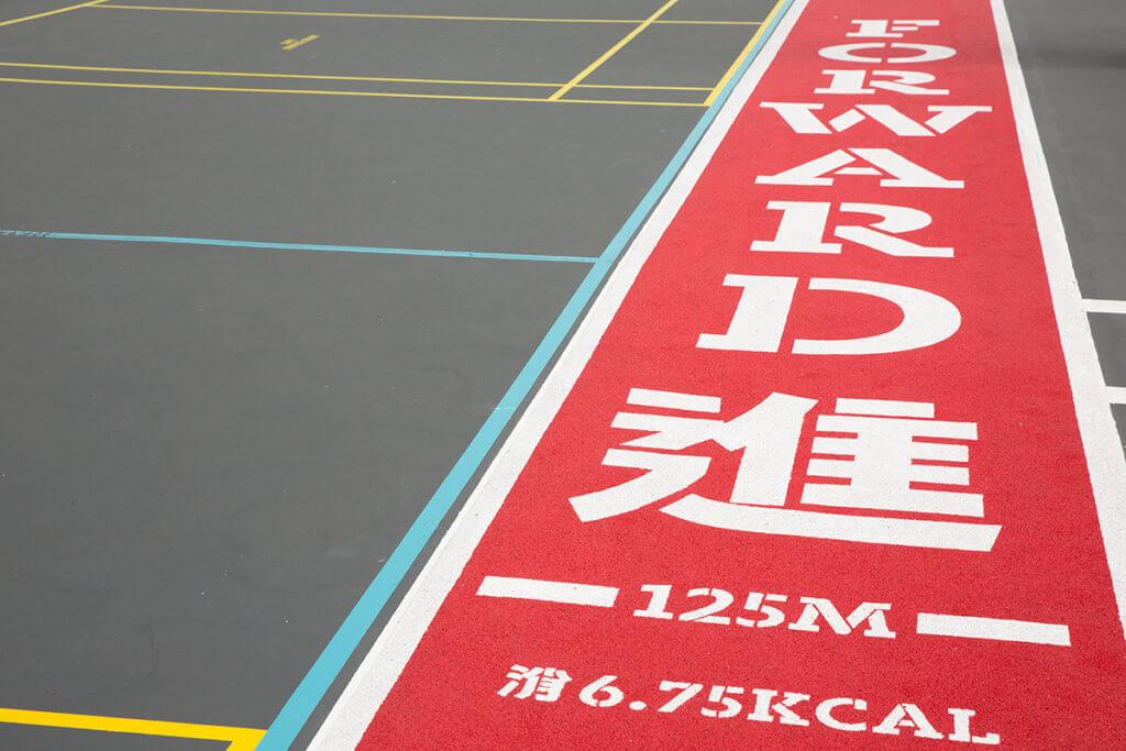由於以往不少街坊喜歡圍住籃球場跑步,設計師索性加設一條橡膠墊緩跑徑,還貼心地印上卡路里消耗量。