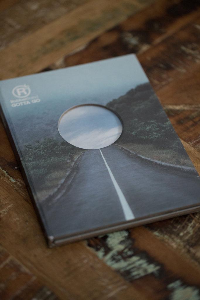 RubberBand的專輯《Gotta go》(2014),封套設計表達香港人尋找出口的迷茫與希望。