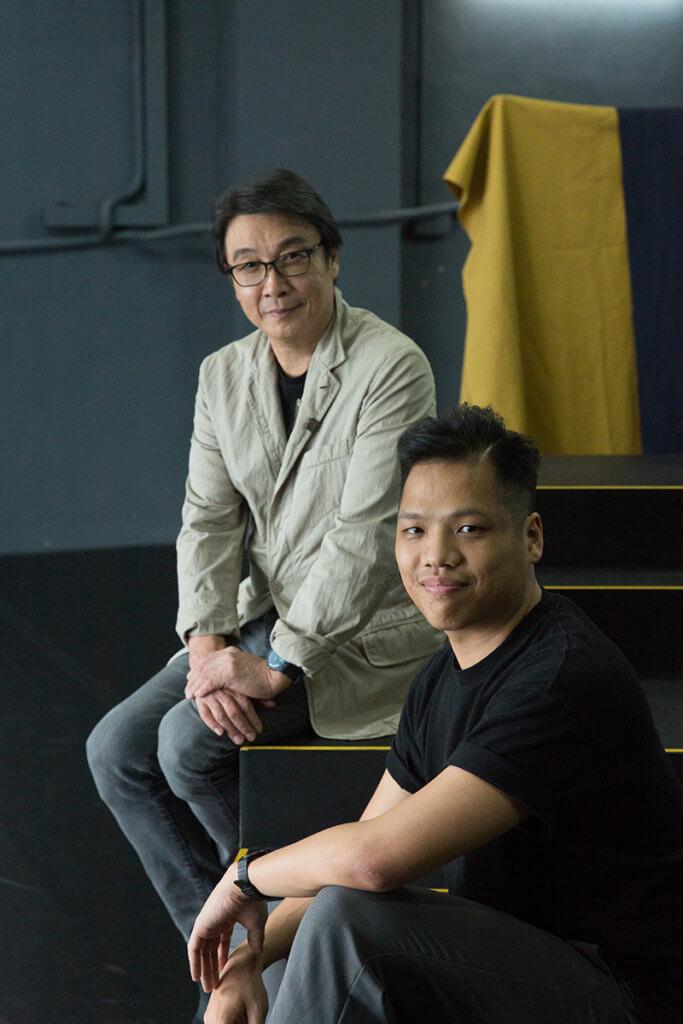執行導演黃俊達(右)本身沒有信仰,但見劉松仁多次到訪其劇團觀看其綵排方法和演出,便決定參與此劇。
