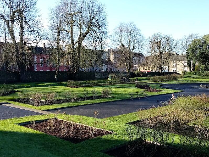 望着Garden of Kilkenny Castle的一片綠,Phoenix感慨昔日的王室,富裕得來還懂得享受生活。不似現代人,每分每秒都是工作工作和工作。